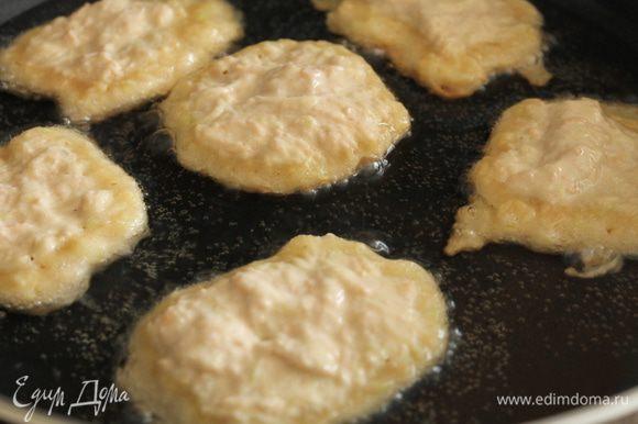 Сковороду нагреть на небольшом огне,налить растительное масло,дать ему хорошо прогреться.Столовой ложкой выкладываем оладушки и обжариваем их с двух сторон до золотистого цвета.