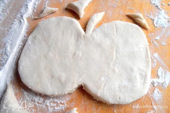 У меня в пачке два пласта теста...Раскатываем слегка один пласт и вырезаем произвольно форму яблочка с веточкой. И второе тоже...