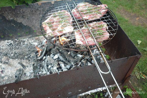 Переносим мясо на угли. а вот непрогоревшие еще дровишки отргебаем в другой угол мангала