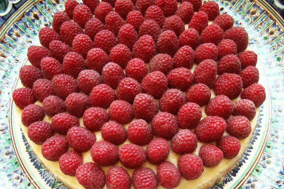Выкладываем малину или любые другие ягоды. Ставим тарт в холодильник на час. А потом наслаждаемся вместе с любимой семьёй! BON APPETIT!
