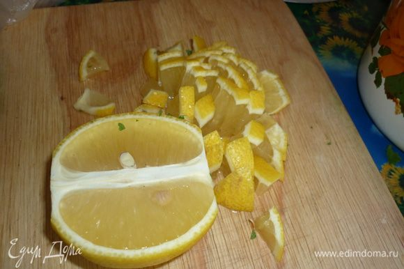 симпатичный сочный лимончик вместе с кожурой порезать помельче