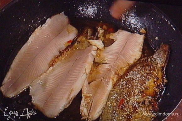 Теперь подошла очередь форели. Её выкладываем в сковороду с разоретым кунжутным маслом кожей вниз и обжариваем несколько минут. Форель переворачиваем на друтую сторону и , заливаем её маринадом, в котором она мариновалась, доводим до кипения и тушим несколько минут, тем самым уваривая соус. Рыбка готова, она сочная, нежная, сверху приятного смуглого колеру, а внутри белоснежная и невероятно ароматная..