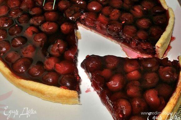 Когда желе застынет, пирог будит готов к употреблению! Делаете чай или кофе, отрезаете кусочек пирога, и...... поднимаете летнее настроение до максимума!..:)