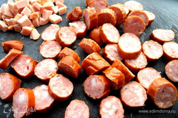 Охотничьи колбаски делим на кружки... Я ещё добавила остатки варёной колбасы. Тоже обжариваем.