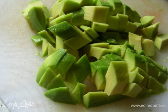 Авокадо - кубиками.