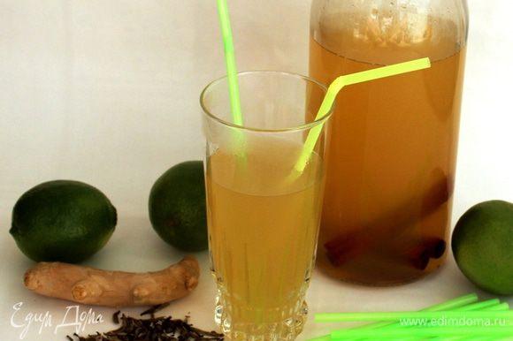 Соединить чай с имбирным соком, выжать сок из двух лаймов, добавить сахар и все перемешать, долить оставшуюся воду. Добавить палочки корицы. Любители аниса могут добавить звездочку бадьяна. Перелить в бутылку и хорошо охладить. Подавать с кубиками льда.