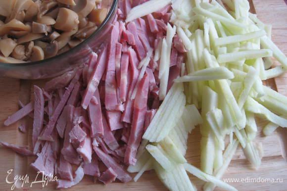Ветчину, свеклу, яблоко, очищенное от кожицы и семян, нарезать соломкой. Грибы- пластинками, картошку – кубиками. Посолить. Добавить майонез, перемешать.