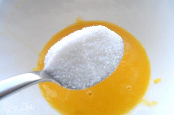 В отжатый сок добавляем ложку сахара с горкой.