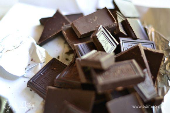 Готовим крем. Шоколад разломать на квадратики.
