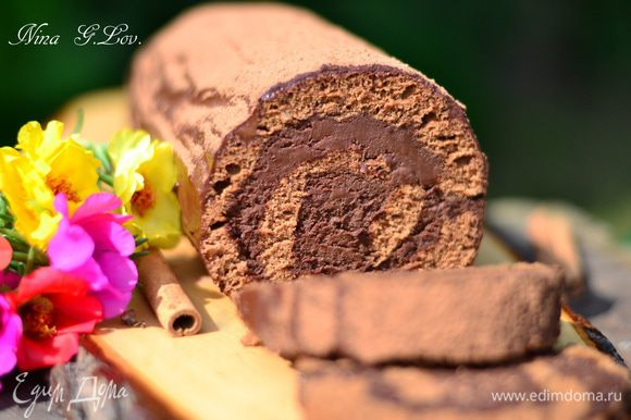 Верх готового и пропитанного рулета смазать оставшимся кремом. Так как крем плотный, разбавьте его горячими сливками и смажьте рулет этим кремом. Сверху обильно посыпьте какао-порошком. И приятного! Безумно вкусно!