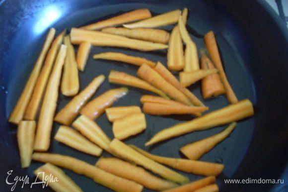 Нагреть сковороду, добавить оливковое масло и обжарить морковку до золотистого цвета - 5 минут. Если у Вас горошек очень молодой в стручках, то добавить его вместе с морковкой.
