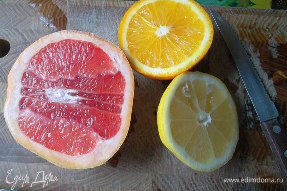 Лимон и апельсин нарезать кружочками.
