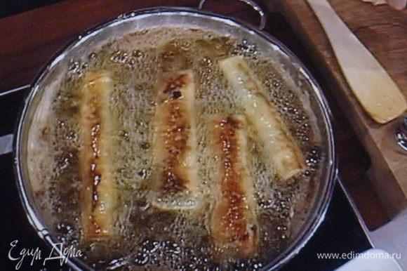 Обжарить роллы в разогретом масле. Масло выбирать без особо выраженного запаха и вкуса.