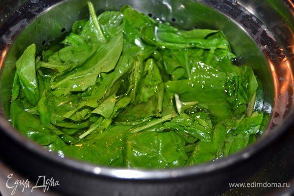 Прямо к цукини добавляем промытый шпинат и варим пару минут. Затем сливаем,но зеленый бульон сохраняем.