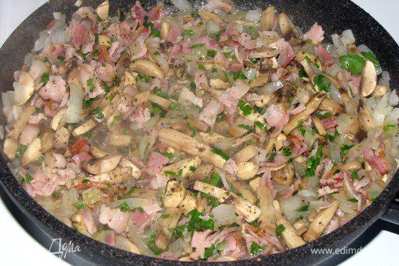 Добавить грибы, бекон, прованские травы, горсть петрушки, щепотку перца и соли, сушеные грибы, растерев их пальцами. Все вместе обжарить.