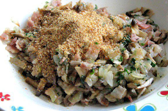 Выложить начинку на тарелку, добавить сухари и перемешать.