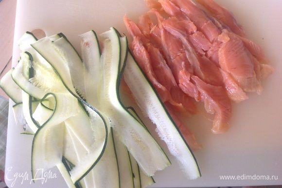 Как можно тоньше нарезать лосось и цукини.