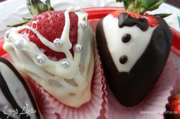Вот так получатся жених и невеста, если сочетать белый шоколад и серебристые бусинки-конфеты.