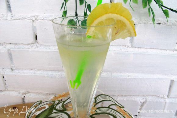 Процедить, разлить по стаканам. В стакан положить кубики замороженного ананасного сока и украсить лимоном и долькой ананаса.