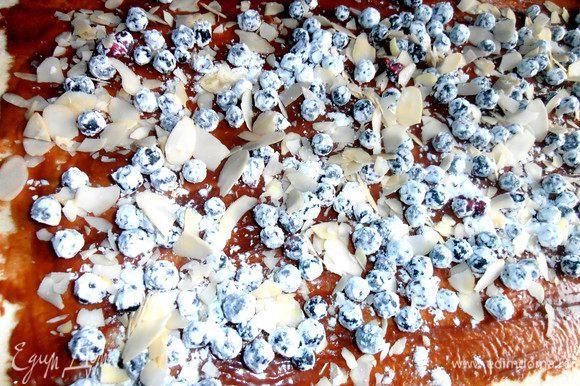 Далее присыпаем любыми мелкими орешками или вот такими лепестками из миндаля.