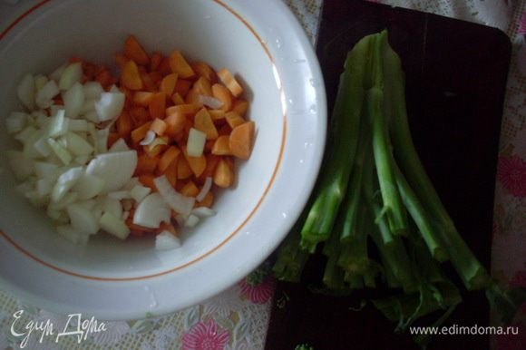 Помыть, почистить и порезать морковь, лук и черешки брокколи. Пассеровать на растительном масле до прозрачности лука. Залить водой, чтобы покрывало на 2 см и варить около 10 минут.
