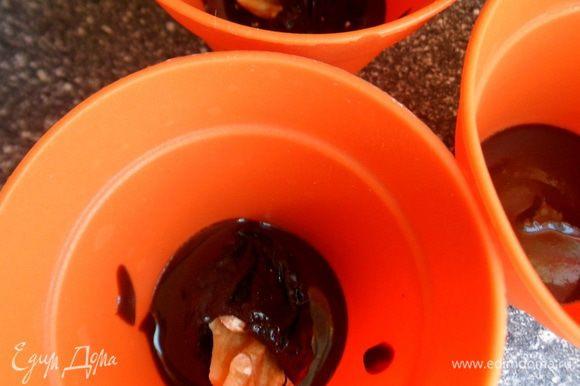 берем формы для десерта (лучше силиконовые), на дно наливаем немного шоколада и кладем чернослив