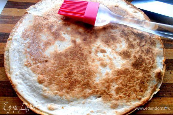 Готовую зажаристую лепёшку переносим из сковороды и промазываем топлёным сливочным маслом или сливками...Кто не хочет,можно не промазывать,тогда будет верх хрустеть!