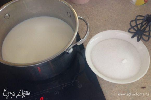 В миске смешать сахар, манку,соль. Сверить на молоке густую кашу.... варить постоянно помешивая.