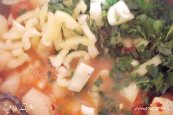 Все овощи выложить в бульон со сваренным картофелем, добавить порезанные перец и зелень. Посолить,поперчить и добавить лавровый лист. Варить 10 минут. Картофель в таком супе,должен быть немного разваренным и за счет муки,в которой обжаривались баклажаны, суп будет густым.