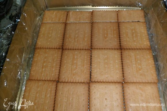 форму для торта застилаем пищевой пленкой и выкладываем печеньем первый слой