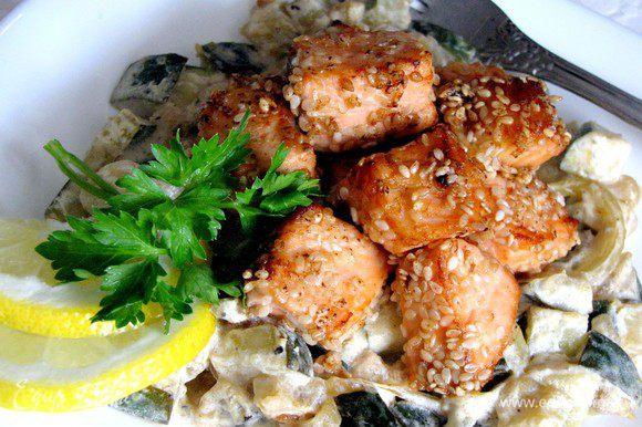 Для подачи выложите на тарелку цукини, сверху выложите рыбу. Приятного аппетита!