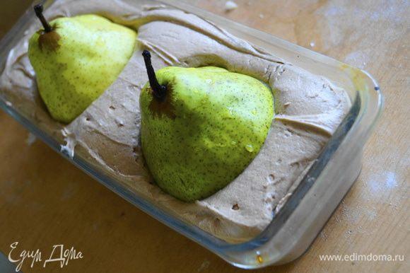В тесто высадить 2 груши. Поставить запекаться в разогретую до 180 градусов духовку на 45-50 минут.