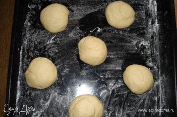 Готовое тесто разделить на равные части. У меня получилось 6 шт., но можно и больше их сделать. Сформировать булочки и обмазав их яйцом, посыпать кунжутом.