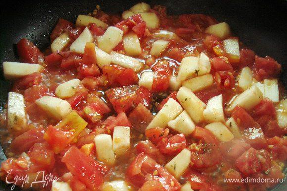 Обжариваем помидоры с яблоками с 2-3 ст. ложками оливкового масла. Жарим на среднем огне около 10 минут до полного размягчения.