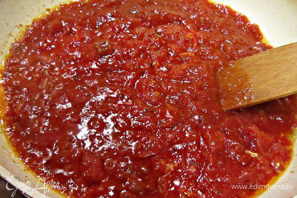 Добавьте протёртые помидоры, соль, перец, сухой базилик, орегано и протушите в течение 5 минут.