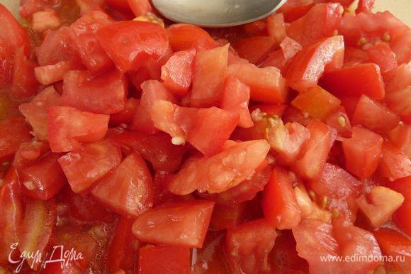 Между тем, в большой миске смешать помидоры, чеснок, масло и уксус. Приправить солью и перцем.