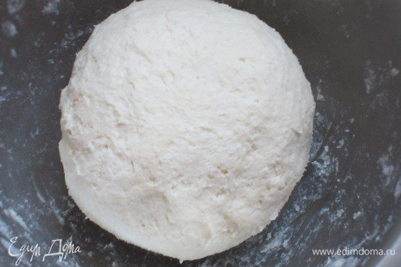 Муку с разрыхлителем просеять и ввести в творожную массу. Замесить тесто (количество муки будет зависеть от творога). Сформировать небольшие шарики и отправить в холодильник на 30 минут.