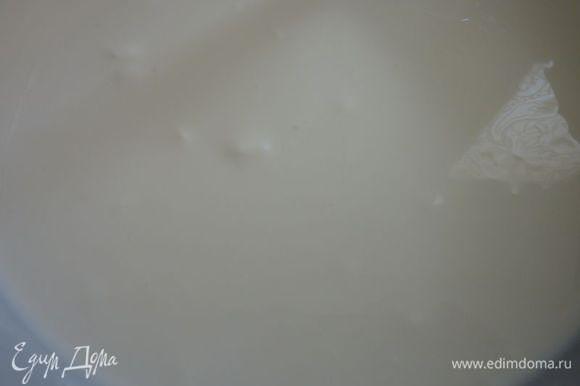Развести желатин согласно инструкций (залить 1/3 стакана холодной воды и через 20 минут нагреть на паровой бане - не давать закипеть )и смешать тонкой струйкой с уогуртом . В большой миске с помощью электрического миксера , взбить творог минуты 1-2 . Добавить сахарную пудру, йогурт с желатином, ваниль и щепотку соли и взбивать до однородной массы.