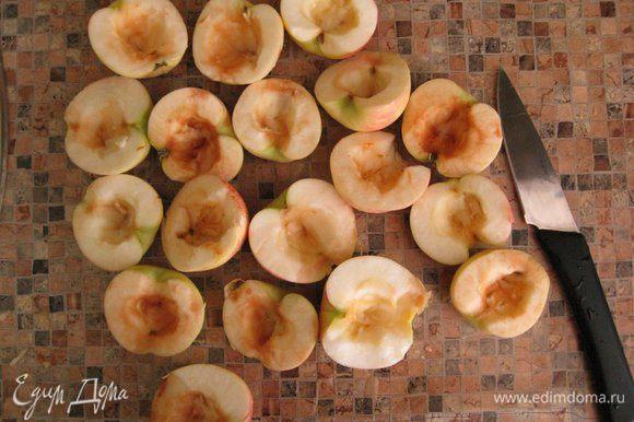 У меня потенциально яблоки с червяками, поэтому я порезала их пополам и аккуратно удалила сердцевину, сформировав таким образом необходимую лунку. Кожуру не стала трогать, потому что она еще не загрубела и мне нравится ее цвет. Потом поставила на огонь воду и пошла заниматься основой пирога.
