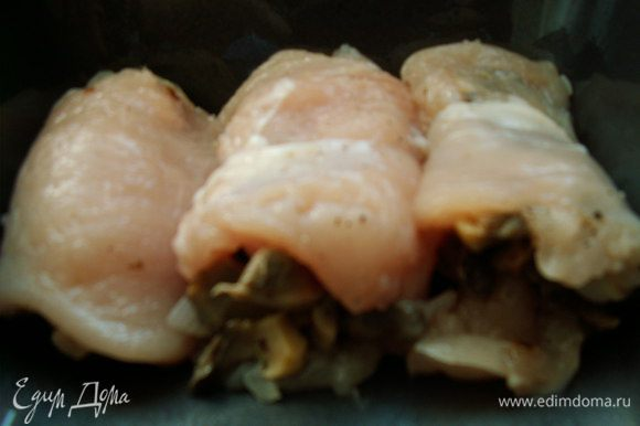 Духовку разогреваем на 200С. В каждый кусочек мясо заворачиваем побольше грибной начинки. Складываем рулетики в форму для кексов, смазанную растительным маслом.