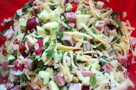 Натереть сыр. Смешать нарезанные овощи, ветчину, сыр (немного сыра оставить для посыпки кекса сверху) и зелень.