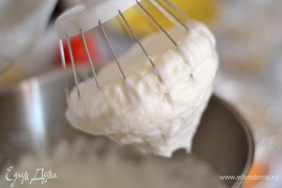 За минут 5 нужно начать взбивать белки со щепоткой соли в плотную пену,как на фото,взбивать минут 8.