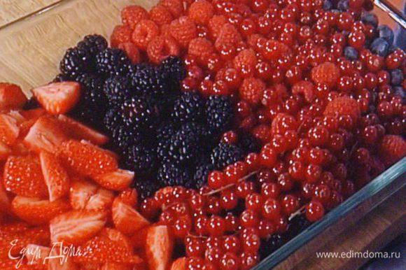 Приготовить большую миску со льдом. Очистить ягоды, крупные порезать на половинки.