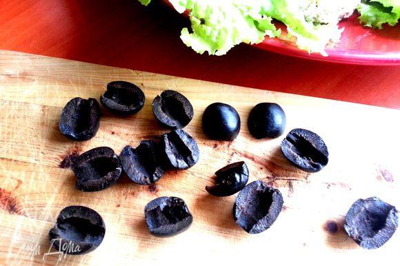 От праздничного стола у меня остались оливки без косточек... Разрезаем каждую вдоль.