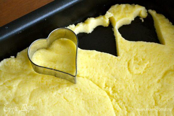 """Взять формочку для печенья в виде сердечка и вырезать фигурные ньокки (обычно ньокки """"по-римски"""" нарезаются круглой формы)."""
