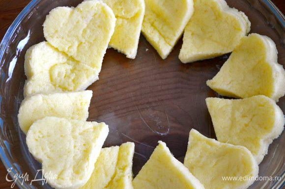 Круглую форму (диаметром 23 см) смазать оставшимся маслом и выкладывать ньокки по кругу, от внешнего края к врутреннему.