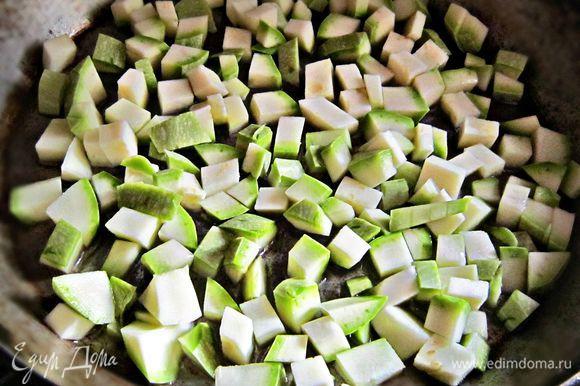 Кабачок помыть, очистить, нарезать на маленькие кубики. Обжарить в течение 5 мин на растительном масле, посолить, поперчить. Взбить 2 яйца, посолить, поперчить и добавить обжаренный кабачок.