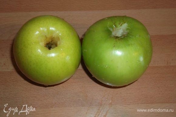 В яболках вырезаем сердцевину.