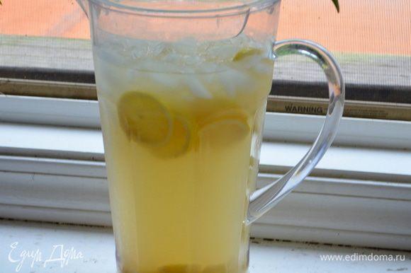 Приготовим лимонный сок из 4х крупных лимонов, перельем в кувшин с холодной водой 3 стакана. Порежем 2 лимона колечками, переложим все в кувшин. Добавим лед. Перельем имбирно-медовый отвар. Мед ,если нужно. Перемешать и дать настояться в холодильнике.