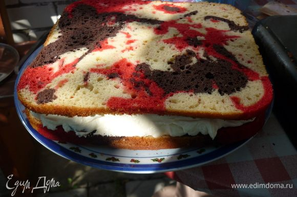сверху пирог накрываем второй половинкой, красивым узором вверх